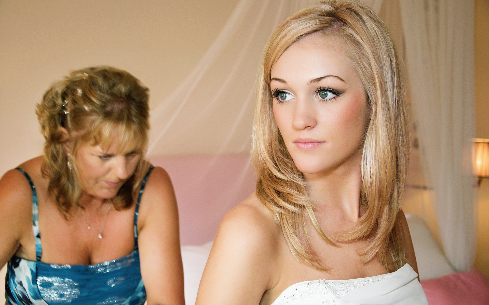 bride-portrait-with-mother-of-get-dressed